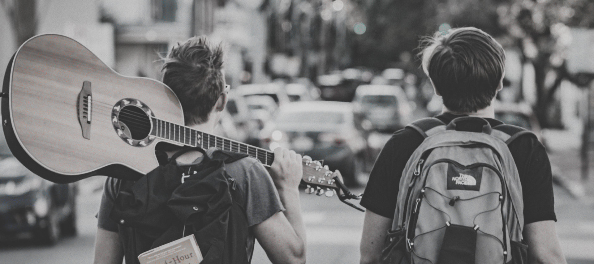 To gutter med ryggsekk og gitar